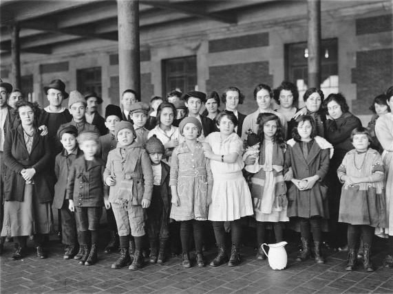 immigrant-children-at-ellis-island-in-1908